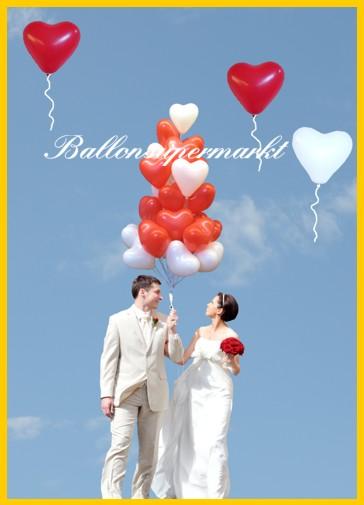 Glückliches Hochzeitspaar mit Herzluftballons vom Ballonsupermarkt