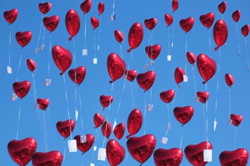 Herzluftballons aus Folie mit Ballonflugkarten zur Hochzeit steigen lassen