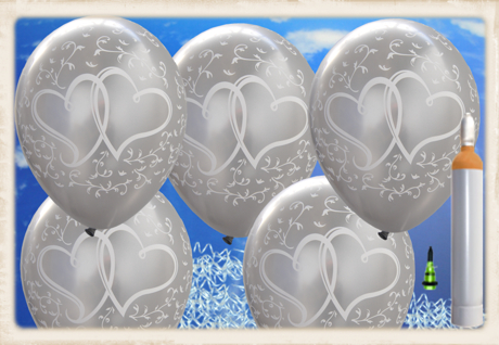 Luftballons zur Hochzeit steigen lassen. Verschlungene Herzen in Weiß auf Silber
